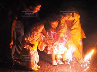 初めての手持ち花火の写真・画像素材[1413021]