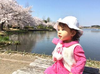 空,公園,春,桜,屋外,湖,ピンク,帽子,水面,池,子供,女の子,人物,人,キラキラ,幼児,1歳,桃色,pink,さくら,フォトジェニック,サクラ色,インスタ映え