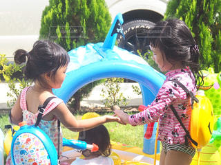 みんなで水遊びの写真・画像素材[1445100]