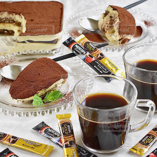 ティラミスとネスカフェゴールドブレンドコーヒーの写真・画像素材[1275932]