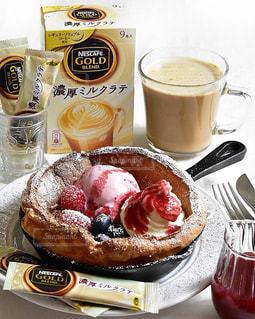コーヒー カップの横にあるテーブルの上に食べ物の写真・画像素材[1287764]