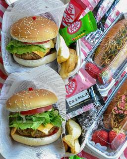 ハンバーガー&焼きそばパン弁当の写真・画像素材[2032707]