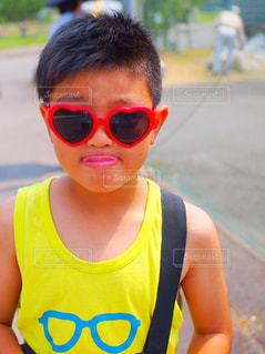 サングラスをかけている少年の写真・画像素材[1263343]