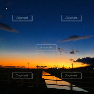 夜の街に沈む夕日の写真・画像素材[1269149]