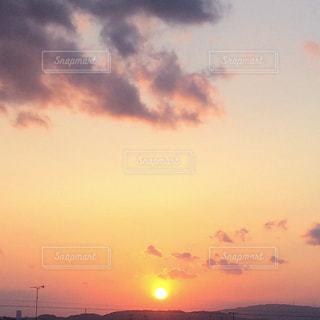 夕焼け空に浮かぶ雲のグループの写真・画像素材[1269228]