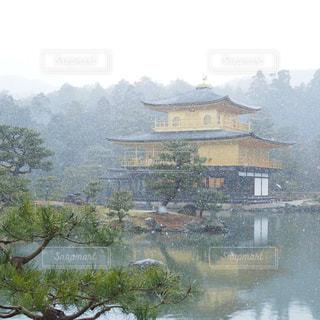 背景の山と水の大きな体の写真・画像素材[1670878]