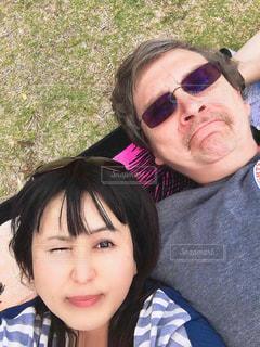 週末のアラモアナビーチパークでリラックス。ハワイ国際結婚カップル。の写真・画像素材[1585555]