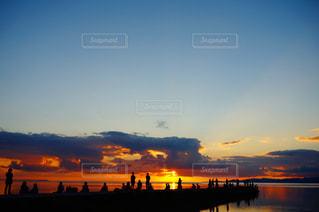 水の体に沈む夕日の写真・画像素材[1268754]