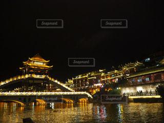 大きな橋が夜ライトアップの写真・画像素材[1237485]