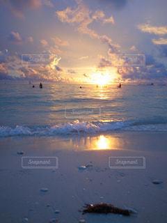 水の体に沈む夕日の写真・画像素材[1273000]