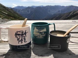 一杯のコーヒーと背景の山の写真・画像素材[1404768]