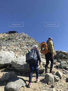 岩場に立っている人のグループの写真・画像素材[1404817]