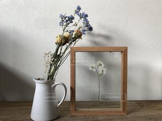 テーブルの上に座って花の花瓶の写真・画像素材[1406285]