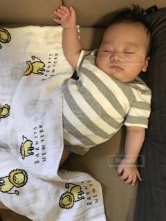 屋内,かわいい,赤ちゃん,ソファ,お昼寝,休日,baby,まったり,変な体勢