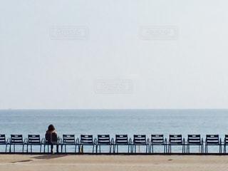 南仏の海辺のチェアーでひとりの写真・画像素材[1397580]