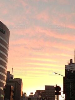 朝焼けに輝く波打つ雲の写真・画像素材[1862480]