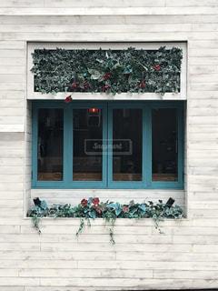 白い壁と青い窓の写真・画像素材[2251022]
