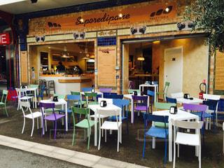 店の前の食堂のテーブルの写真・画像素材[2259707]