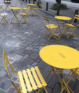 黄色のファニチャーが可愛いお休みのカフェの写真・画像素材[2260669]