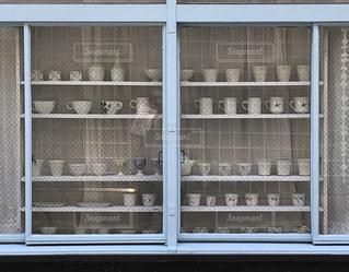 水色の窓と白いコーヒーカップの写真・画像素材[2260681]