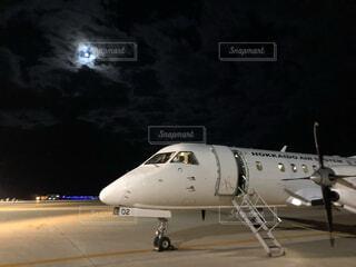 月と滑走路と飛行機の写真・画像素材[3945318]