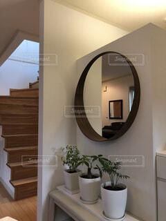 観葉植物と鏡のあるリビングの写真・画像素材[3945612]
