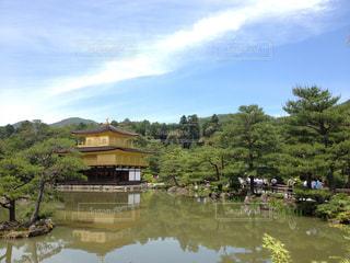 金閣寺もダブルで、青空とのコントラストも二分割の写真・画像素材[1238609]