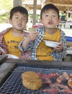 食品トレイの前に立っている少年 - No.1245633