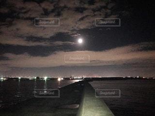 水の体の上の橋の写真・画像素材[1680212]