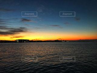大阪湾の朝焼けの写真・画像素材[1680222]