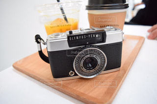テーブルの上のカメラの写真・画像素材[1240150]