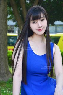 青いワンピースを着た女性の写真・画像素材[2306578]