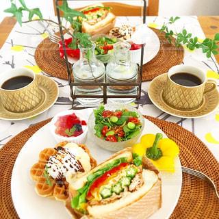 テーブルな皿の上に食べ物のプレートをトッピングの写真・画像素材[1282987]