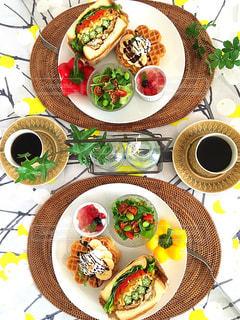 テーブルの上に食べ物のプレートの写真・画像素材[1283225]