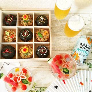 テーブルの上に食べ物のプレートの写真・画像素材[1305406]