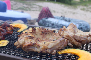 グリルの上に食べ物のプレートの写真・画像素材[1241398]