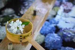 近くの木製のテーブルの上に食べ物をの写真・画像素材[1241409]