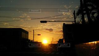 空,建物,夕日,街並み,屋外,太陽,夕焼け,夕暮れ,道路,電線,道,信号,通り,交通,鹿児島県