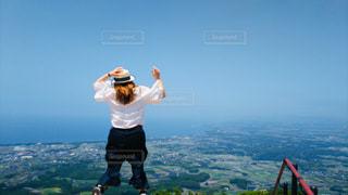 女性,空,屋外,後ろ姿,ジャンプ,帽子,山,景色,人物,人,未来,夢,ポジティブ,目標,アクティブ,可能性