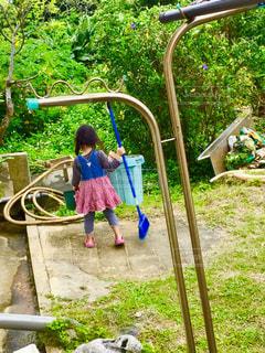 庭掃除をしてる女の子の写真・画像素材[1490673]