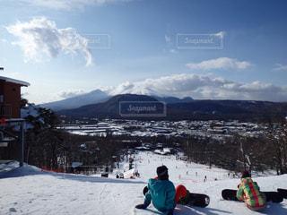 雪山でスキーに乗る人々のグループの写真・画像素材[2948048]
