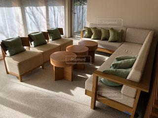 家具と大きな窓で満たされたリビングルームの写真・画像素材[2948221]