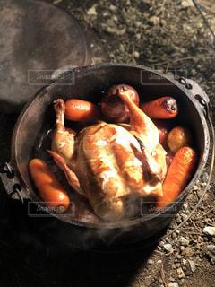 ダッチオーブンでローストチキンの写真・画像素材[1245819]
