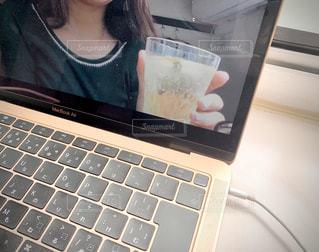 オンライン飲み会をしている女性の写真・画像素材[3128890]