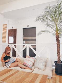 ソファで読書をする女性の写真・画像素材[1245028]