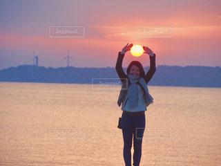 ビーチで夕日を捕まえましたの写真・画像素材[1295756]