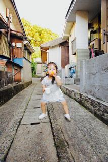 近所の路地でシャボン玉の写真・画像素材[1261029]