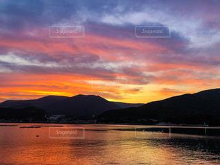 西の山に沈む夕日の写真・画像素材[1268818]