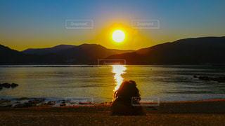 自然,海,夕日,ビーチ,夕焼け,海岸,女,女の子,人物,癒し,黄昏,夕陽,たそがれ,Cute,西の空,映え,西,自然アート