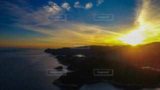 西の山脈に消えゆく夕日の写真・画像素材[1269071]